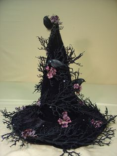 14 Halloween Centerpiece Designs With Raven – Top Cheap Easy Party Decor Project - Easy Idea Witch Party, Halloween Witch Hat, Vintage Halloween, Fall Halloween, Happy Halloween, Halloween Costumes, Halloween Design, Halloween Desserts, Holidays Halloween