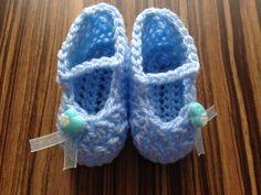 Miminkovské bačkůrky Ručně háčkované botičky z dětské vlny. Jsou příjemně měkké. Botičky jsou doplněné dekoračním knoflíčkem a modrou stužkou. Délka chodidla je 9 cm.