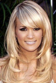 Corte de cabelo longo em camadas com franja