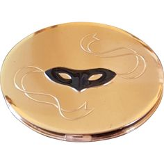 Being offered for your consideration is one vintage compact. It is the Dorothy Gray Compact. ​Featuring  the mask and no rhinestones.(made that way No