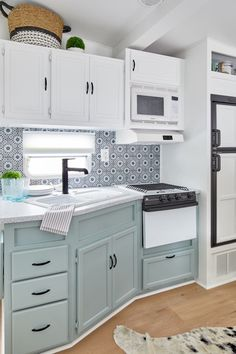 Modern Home Decor 20 Fantastic Rv Camper Kitchen Renovations Ideas For Early Enjoyable Camping Preparation.Modern Home Decor 20 Fantastic Rv Camper Kitchen Renovations Ideas For Early Enjoyable Camping Preparation Kombi Motorhome, Rv Campers, Camper Trailers, Travel Trailers, Camper Life, Travel Trailer Remodel, Rv Life, Diy Camper, Happy Campers