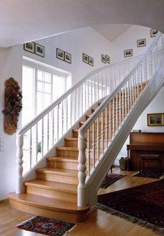 Diese exklusive Holztreppe mit gefrästen und geschwungenen Holzwangen wird den Ansprüchen einer Stiltreppe sicherlich gerecht.