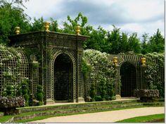 Retour : cliquez-ici Les Jardins Du Château De Versailles Le bosquet d'Encelade. Le bassin de la statue du Titan est entouré d'un treillag...