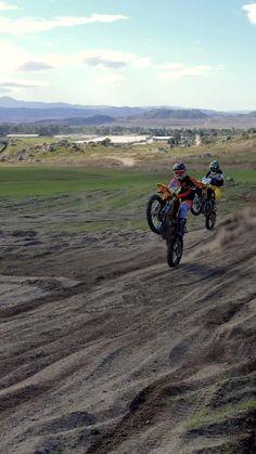 Enduro Motocross, Motorcycle Dirt Bike, Motocross Racing, Dirt Bike Girl, Dirt Bike Videos, Foto Cristiano Ronaldo, Motocross Videos, Duke Motorcycle, Bike Couple