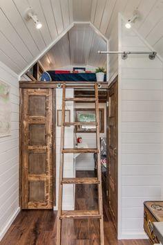 The Cedar Mountain Tiny House ziet er klein uit aan de buitenkant, maar binnenin lijkt het een stijlvol boerenhuis. Kijk mee in dit mini houten huisje.