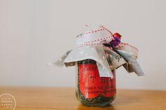 Parhaimpia joululahjoja ovat tietenkin ne itsetehdyt. Jos sen vielä voi syödä tai juoda niin aina vain parempi. Kasaan teille vielä tämän viikon aikana parhaimmat ruokalahjavinkit yhteen postauksee...