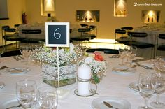 Charming floral details of the guests tables. Lima Limão - festas com charme