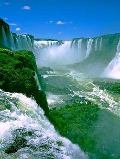Cataratas do Rio Iguaçu, um conjunto de 275 quedas d´água que chegam a 90 metros, Paraná - Brasil