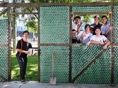 Os estudantes da Escola Estadual Alberto Pasqualini, no município gaúcho de Novo Hamburgo, decidiram construir uma casa  usando apenas materiais recicláveis. Saiba mais