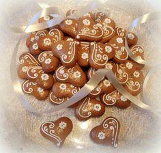 Malá perníková srdíčka Gingerbread Cookies, Desserts, Food, Gingerbread Cupcakes, Tailgate Desserts, Deserts, Essen, Postres, Meals