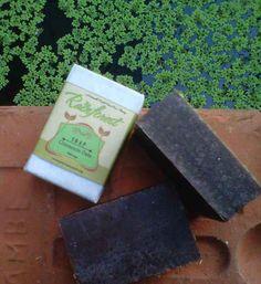Sabun dari paduan kayu manis dan oats ini berfungsi untuk menghilangkan bekas noda hitam di kulit, bekas jerawat, gigitan nyamuk, dll. Oats-nya melembutkan dan melembapkan.