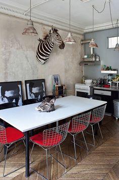 Хотя можно ограничиться и легким ретроколоритом – для этого отлично подходят фанерные Ant и Series 7 Арне Якобсена или металлические стулья Гарри Бертойи.