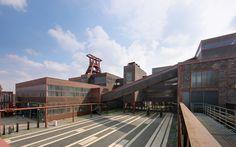 Die Zeche Zollverein in Essen ist beeindruckend. Natürlich als Bauwerk, dafür ist sie auch als UNESCO-Welterbe Zollverein aufgenommen worden. Darüber hinaus finden hier auch immer wieder interessante Ausstellungen und Veranstaltungen statt, die einen Besuch wert sind.
