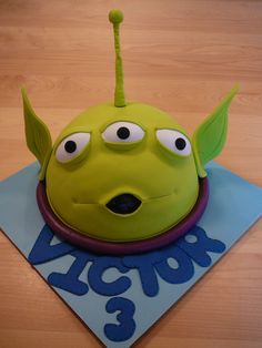 Toy Story Squeeze Toy Alien I really enjoyed making this cake ! It is a chocolate cake baked in a pyrex bowl covered with chocolate ganache...