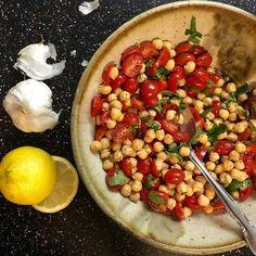 Sałatka z ciecierzycy z czerwoną cebulą i pomidorami @ http://allrecipes.pl