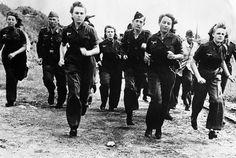 Más y más jóvenes se están uniendo a la campaña de reclutamiento total bajo la Luftwaffe de Alemania. Ellas están reemplazando a los hombres transferidos al ejército a tomar las armas en lugar de aviones contra las fuerzas aliadas que avanzaban. Aquí, las alemanas se muestran en la formación de hombres de la Luftwaffe, en algún lugar de Alemania, el 7 de diciembre de 1944.