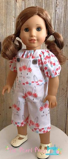 girl dolls Make these easy bibbe overalls for your 18 inch doll like american girl with the Backyard Bibs PDF sewing pattern from OH Sew kat. American Girl Outfits, American Doll Clothes, American Girls, Sewing Doll Clothes, Sewing Dolls, Girl Doll Clothes, Dolls Dolls, Barbie Clothes, Doll Sewing Patterns