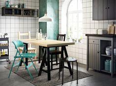 Eetkamer met TORNLIDEN/ODDVALD grenen tafel met FRODE turkooize klapstoel, STEFAN zwartbruine stoel en IVAR grenen stoel