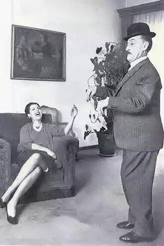 Antonio de Curtis in una foto degli anni sessanta tra le pareti domestiche mentre imita...Totò, unica spettatrice la compagna Franca Faldini