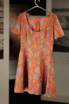 Vestido laranja e rosa com flores e padrões, de Joana Moreira na série Depois do Adeus