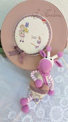 Sara Creations - cutie amintiri persnalizata cu broderie manuala si jucarie crosetata SaraCreations