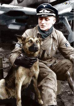 Luftwaffe Leutnant mit sein Schäferhund