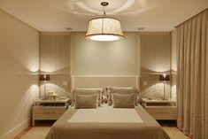 Quarto de casal pequeno com cabeceira Estilo Interior, Hotel Restaurant, Home Decor Quotes, Interior Decorating, Interior Design, Suites, Beautiful Bedrooms, Home Decor Bedroom, Bedroom Wall