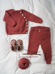 Ravelry: Ellen's Coming Home Set pattern by PetiteKnit Ellen's Coming Home Set consists of a jacket, pants and a bonnet. Crochet Baby Pants, Knitted Baby Clothes, Newborn Crochet, Knit Crochet, Winter Baby Clothes, Crochet Mouse, Baby Knitting Patterns, Knitting For Kids, Baby Pullover