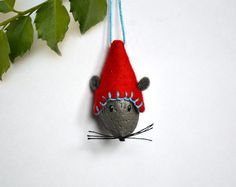 Mouse Christmas Ornament - could make with a walnut, an almond, an acorn . . . could turn it into a deer, snowman, penguin . . .