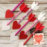 These adorable Heart Pencil Arrows are a great alternative non-candy Valentine's Day treat + they're really easy & inexpensive to make! Printable gift tag, too - perfect! Valentine's Day Ideas for 2016 Valentines Bricolage, Kinder Valentines, Valentines Day Treats, Valentines Day Decorations, Valentine Day Love, Valentine Day Crafts, Holiday Crafts, Homemade Valentines, Heart Decorations