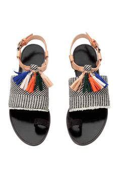 Sandalias con borlas: Sandalias de piel, ante y tela con estampado de jacquard. Borlas decorativas, pulsera con hebilla ajustable de metal y plantilla de piel. Suela de goma.