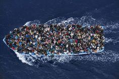 Segundo premio en la categoria de noticias generales para el fotógrafo italiano Massimo Sestini, que muestra el rescate de inmigrantes por una fragata italiana el 7 de junio de 2014. Massimo Sestini (AP)