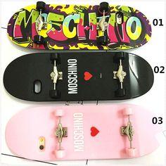 Coque iPhone Moschino silicone insolite forme d'une skate-board