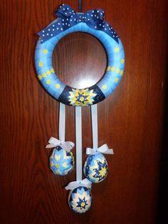 falošný patchwork veľkonočné vajíčka - Hľadať Googlom Quilted Ornaments, Ball Ornaments, Christmas Ornaments, Shabby Chic Ribbon, Styrofoam Ball, Holiday Crafts, Wind Chimes, Easter Eggs, Carving
