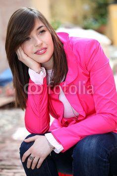 Sguardo di ragazza con giacca fuxia