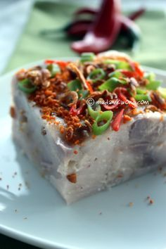 Or Kuih - of chinese origin this is a steamed savoury cake made from pieces of taro, dried prawns and rice flour. It is then topped with deep fried shallots, spring onion, sliced chilli and dried prawns and usually served with a chilli dipping sauce.