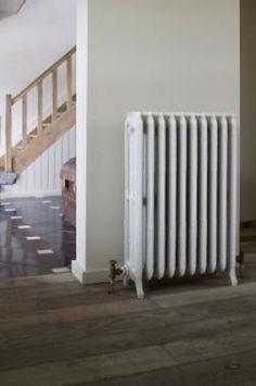 Rococo 3-koloms Oude antieke rustieke radiatoren. Gietijzeren verwarming klassiek, charmant, oude, retro, radiatoren, gietijzeren, reproductie