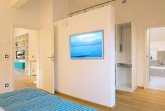 Schlafzimmer mit Blick ins Bad im Musterhaus Ulm - Plusenergiehaus der 3. Generation - Fertighaus - Satteldach