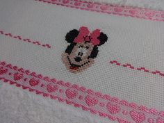 Toalha bordada em ponto cruz - Minnie - Disney