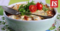 1 munakoiso 1 kesäkurpitsa 200 g juustoraastetta ripaus suolaa ja mustapippuria 1 rkl kuivattua yrttiseosta Tomaattikastike 500 g tomaattimurskaa 1 sipuli 3 val