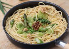 Espaguetis con espárragos y nueces