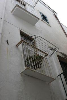 RIF.2024 Monopoli - Centro storico, zona Cattedrale, a due passi dal mare, vendesi casa indipendente su più livelli di 2 vani più accessori con 2 balconi e terrazzo di proprietà esclusiva. Doppia esposizione. Ideale come investimento.