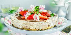ostekake med jordbær og melkesjokolade Pudding Desserts, Frisk, Baked Goods, Camembert Cheese, Mousse, Gelatin, Nom Nom, Sweet Tooth, Cupcake