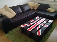 Cute Union Jack Pallet Table  #livingroom #painted #pallettable #reclaimedpallet #unionjack I present you my first custom order pallet build finished just a few days ago. A girl wanted to surprise her boyfriend for his thirtieth birthday, so ...