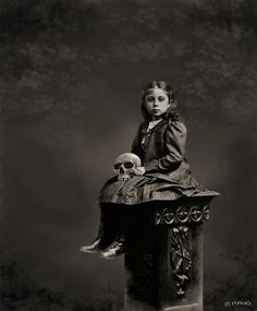 In this video I want to show you some creepy very old photos made in the victorian era. These photos are extremly creepy. Creepy Kids, Scary, Creepy Stuff, Creepy Children, Creepy Things, Peculiar Children, Halloween Photos, Vintage Halloween, Gothic Halloween