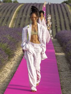 Jacquemus celebrated its anniversary with a fashion show set in a beautiful lavender field in Provence, France, just miles away from designer Simon Porte Jacquemus's stomping grounds. Dubai Fashion, Fashion 2020, Runway Fashion, High Fashion, Fashion Show, Fashion Outfits, Fashion Design, Fashion Weeks, Jacquemus