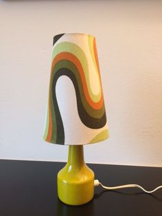 Vintage table light / retro 70s table lamp / mid century lighting / green / 1970s design / space age / shaded lamp