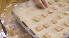 Oud-Hollandse Pepernoten (Bonken) | Deze oud-hollandse pepernoten zijn zacht en taai taai achtig. Een lekker en simpel Sinterklaasrecept. Ouderwets lekkere pepernoten (bonken). | http://www.cakies.nl | Stap 23-transfer-baking-tray