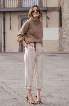 I have a strange affection to the polar opposite of my own black wardrobe. Those that choose beige, neutrals, whites, tan and egg white capsule wardrobes. Best Street Style, Looks Street Style, Black Women Fashion, Look Fashion, Womens Fashion, Fashion Clothes, Fall Fashion, Fashion Trends, Look Zara