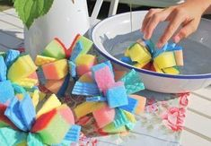 Summer idea for children: water bombs made of sponges - DIY Crafts for Kids 4 Kids, Diy For Kids, Diy Montessori, Water Bombs, Pool Party Kids, Diy And Crafts, Crafts For Kids, Bomb Making, Kids Corner